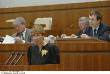 Dr. Sabine Bergmann-Pohl in der Volkskammer, Juni 1990. Quelle: Bundesarchiv, Bild 183-1990-0621-416, Fotograf: Karl-Heinz Schindler